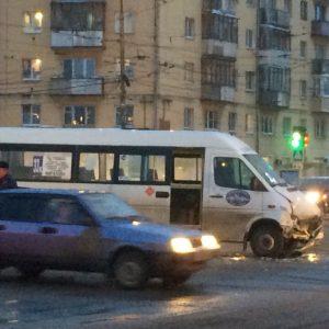 фото В результате столкновения маршрутки и паркетника пострадали люди
