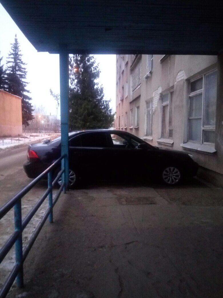 В Твери нерадивый автовладелец перегородил жильцам выход из дома