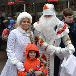 фото Дед Мороз и Снегурочка дарили подарки пассажирам пригородных поездов направления