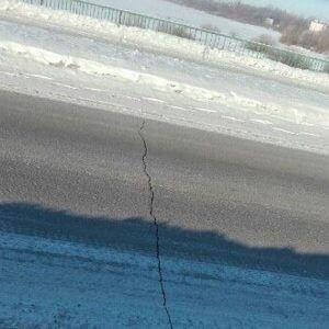 """фото """"Разлом моста"""" в Бежецке оказался простой трещиной в асфальте"""