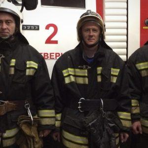 фото Тверские огнеборцы спасли мужчину из задымленной квартиры