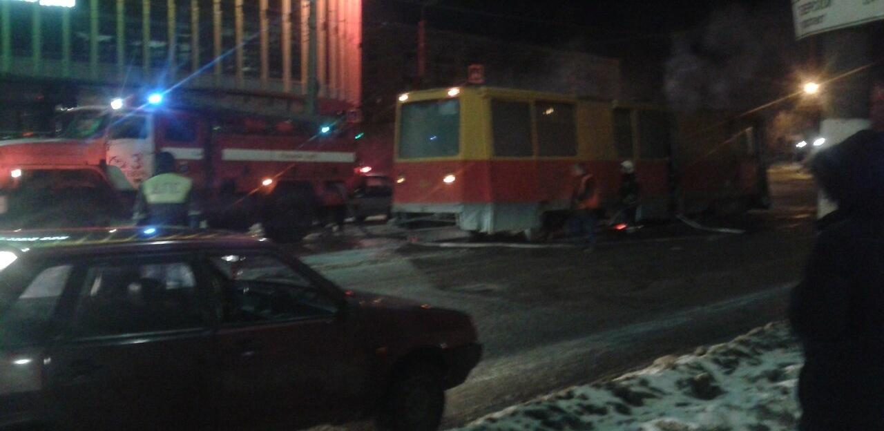 Ночью в Твери загорелся ремонтный трамвай