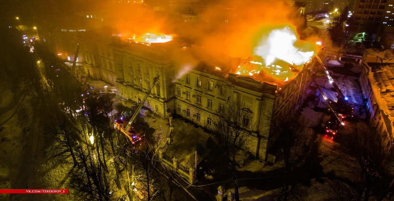 Пожар, вспыхнувший в детской областной больнице, тушили всю ночь