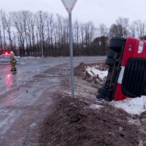 фото В Зубцовском районе топливозаправщик завалился в кювет