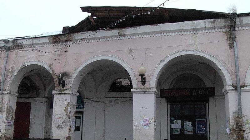 Инициативные жители Вышнего Волочка создали петицию после обрушения кровли в Торговых рядах