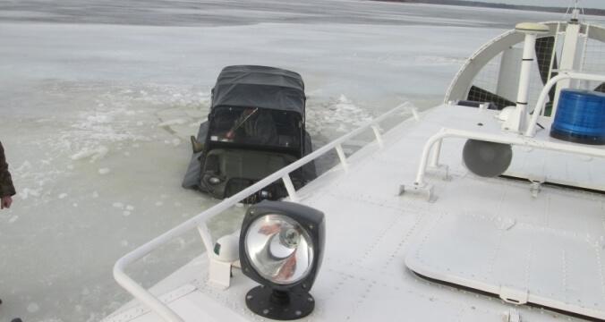 ВКонаковском районе автомобиль провалился под лед, люди спаслись