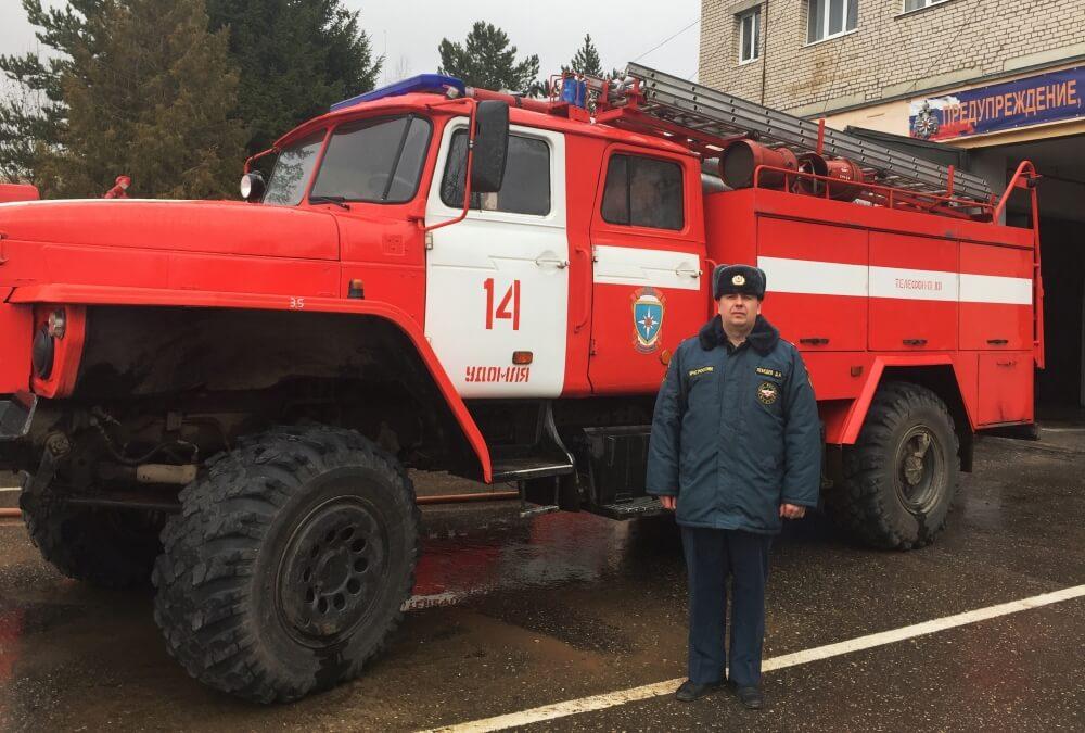 В Удомельском районе сотрудник МЧС спас двух женщин на пожаре