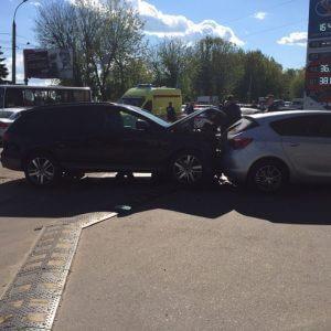 фото В ДТП с тремя машинами пострадали водитель и пассажир отечественной легковушки