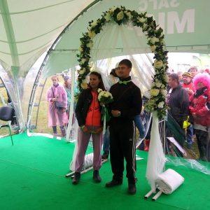 """фото Дождь на """"Нашествии"""" как хорошая примета для свадьбы"""