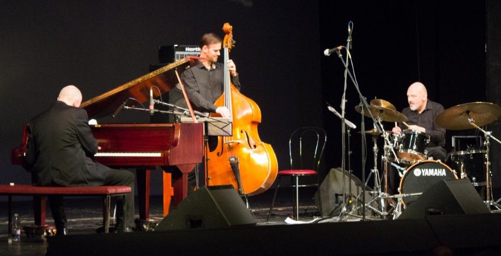 """Тверская филармония приглашает на концерт российско-американского джазового проекта """"JonDavisTrio"""""""
