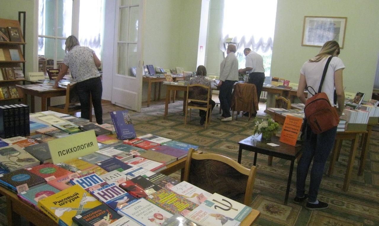 В Тверской библиотеке им.Горького проходит выставка новых поступлений книг