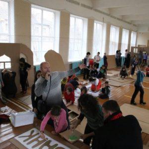 фото В медновском интернате дети и волонтеры построили картонный город