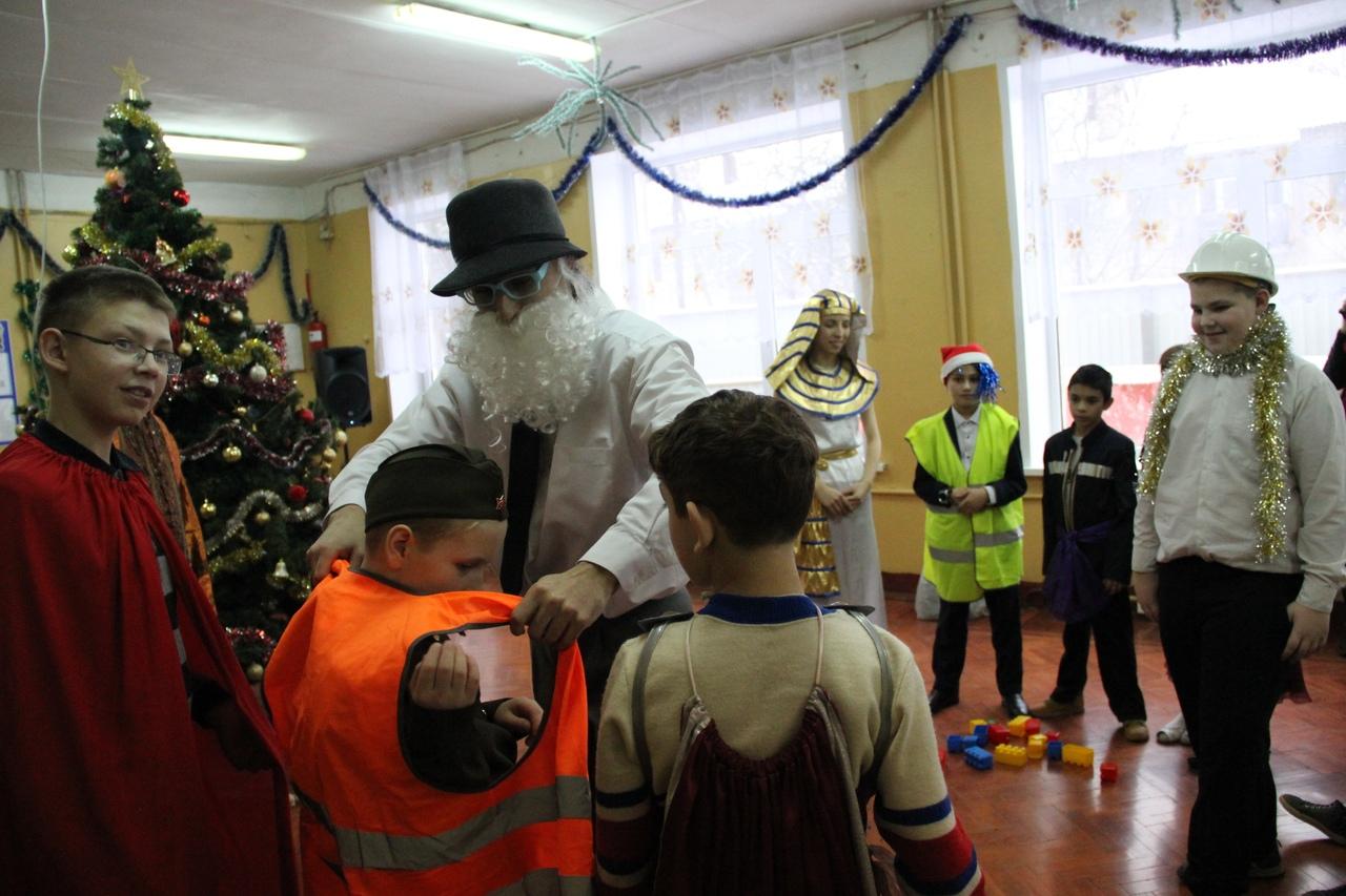 В медновском интернате Дед Мороз исполнил желания Емели, джина, Бабы-Яги и лепрекона