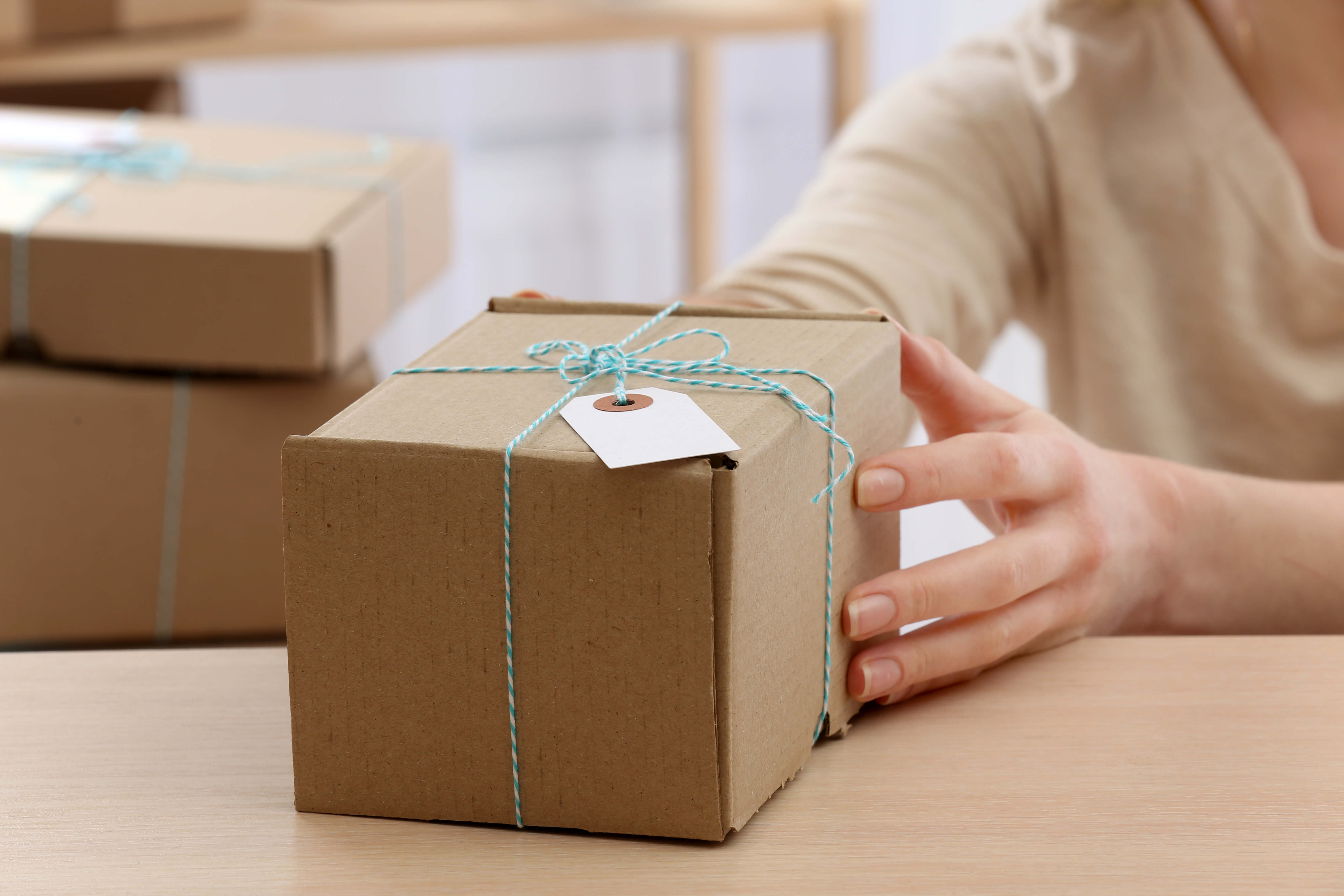 Незнание правил получения посылок из-за рубежа оставило жительницу Твери без импортного парфюма